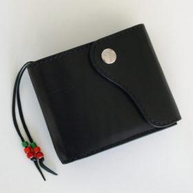 写真:使いこまれていい味の出たコインケースがぴったり収まる三角型のポケットがついており 取り外しが可能な作りのデザイン