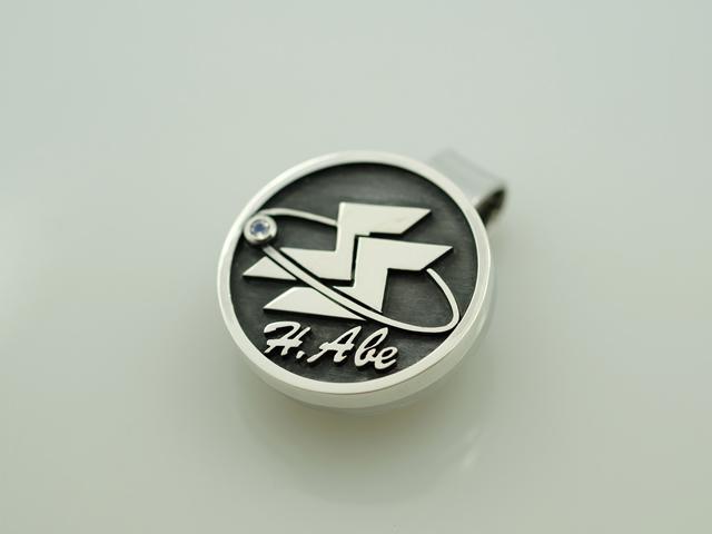 写真:会社ロゴのシルバー製ゴルフマーカー