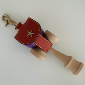 写真:本牛革製、金具はすべてアンティーク感のある真鍮でデザインしたけん玉ケース