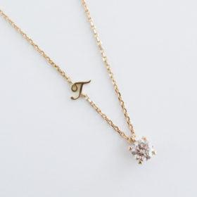 写真:ダイヤモンドを使いシンプルなネックレスにし、イニシャルを加えたデザイン