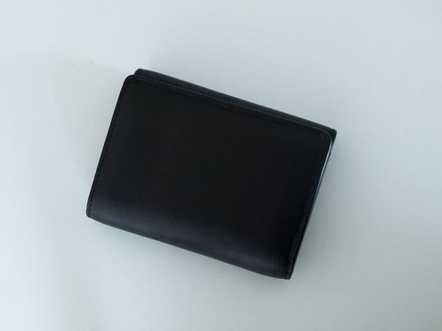 写真:ブラックレザーの三つ折り財布