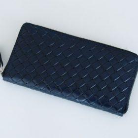 写真:メッシュ(編み込み)風の型押しが入ったネイビーの革を使用したランドファスナータイプのロングウォレット