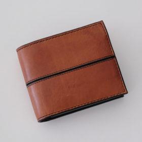 写真:はさみのチャーム付き二つ折り財布