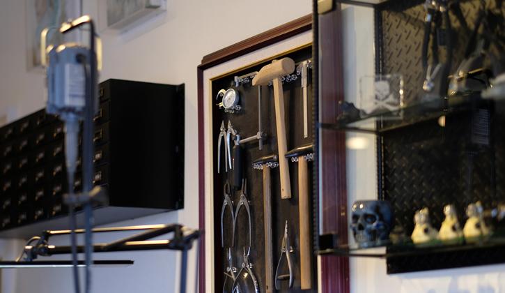 写真:工房内の工具たちが載ってます。
